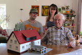 On his 92nd birthday, a proud builder got to build his own house again - Simon Uhrig from Germany, with his grandchild Nora and Christian, the boyfriend of his grandchild Jennifer.